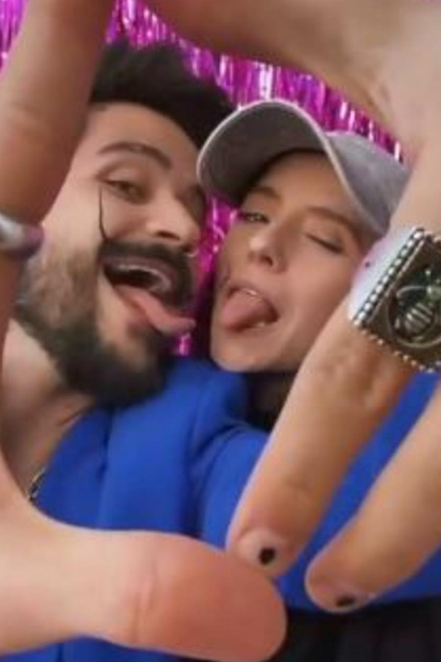 Camilo y Evaluna Montaner posando con la lengua afuera