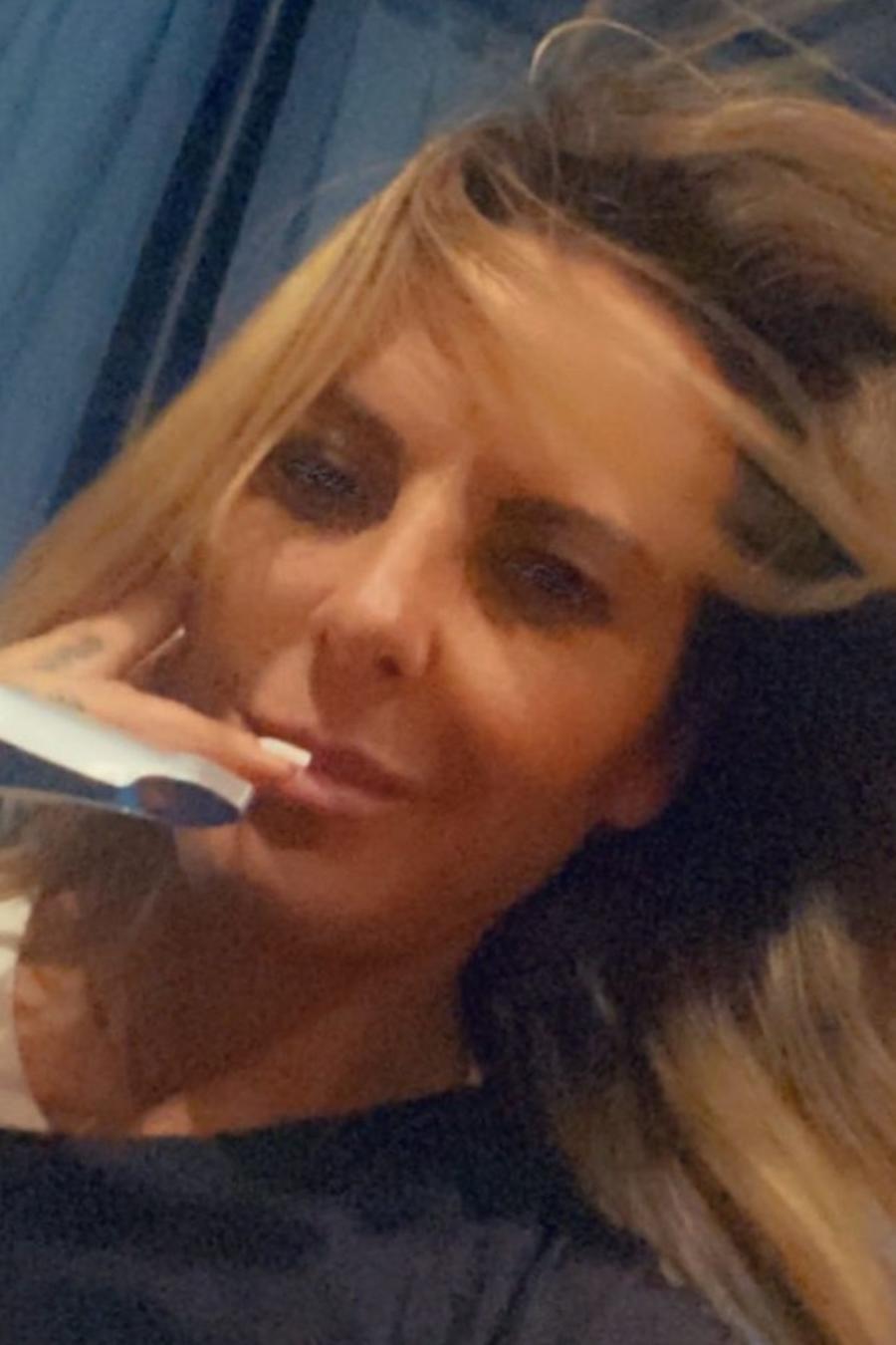 Kate del Castillo posando con dedo lesionado