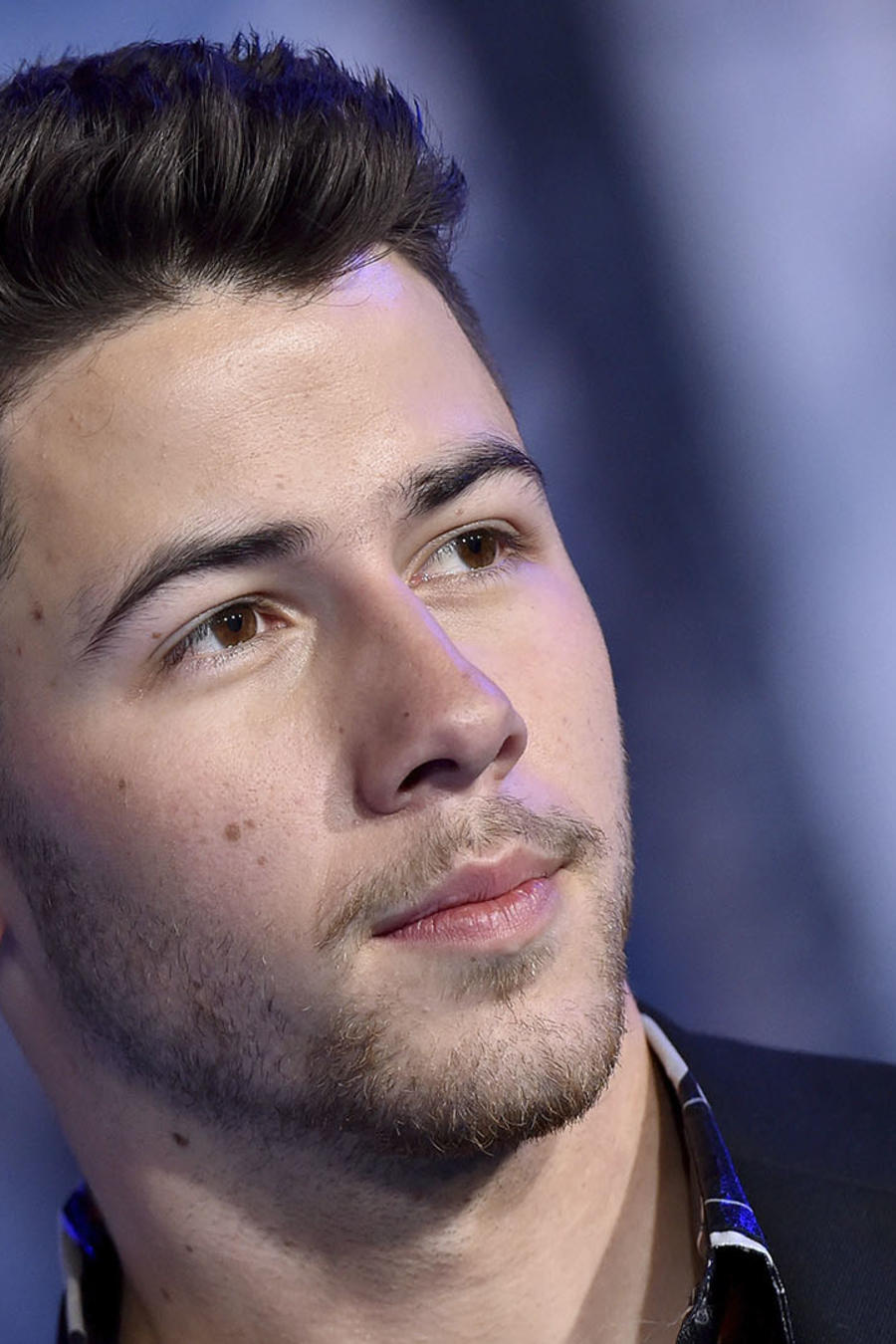 Nick Jonas con cara seria.