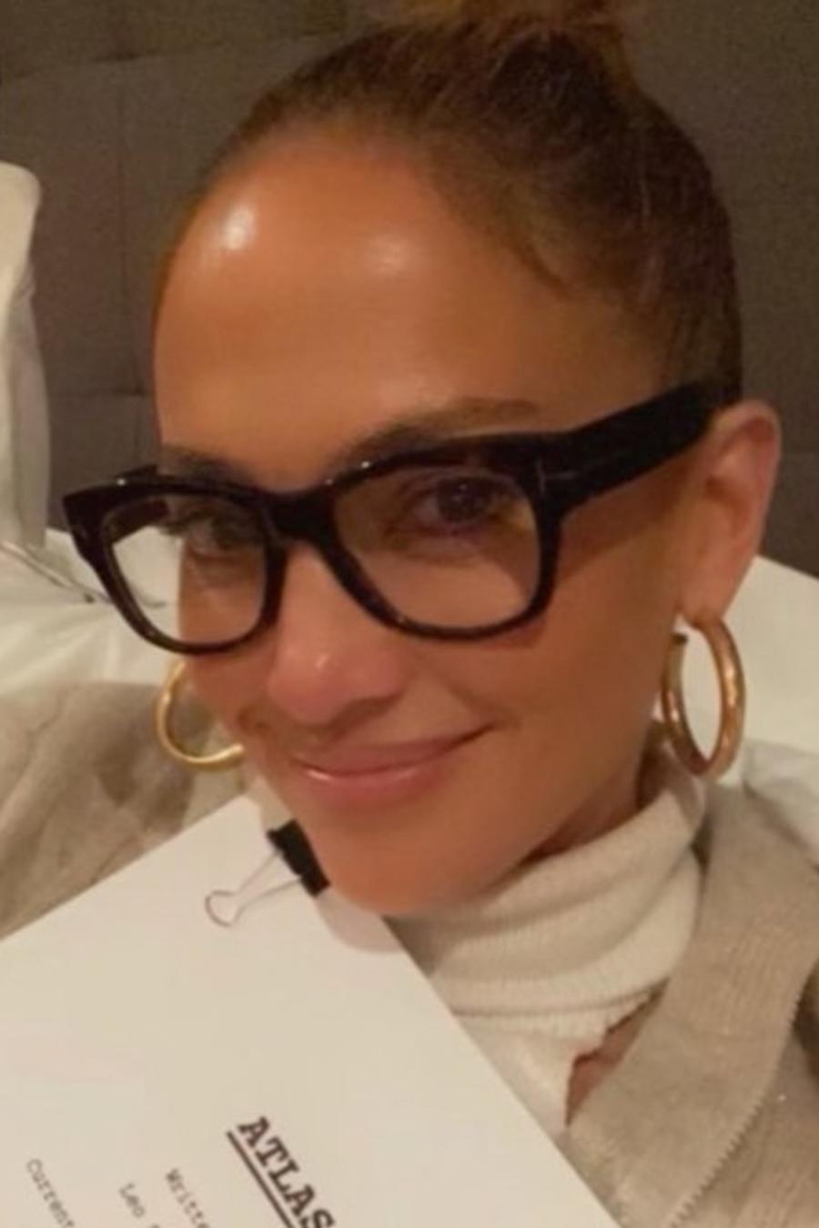 Jennifer Lopez posando con proyecto de Netflix