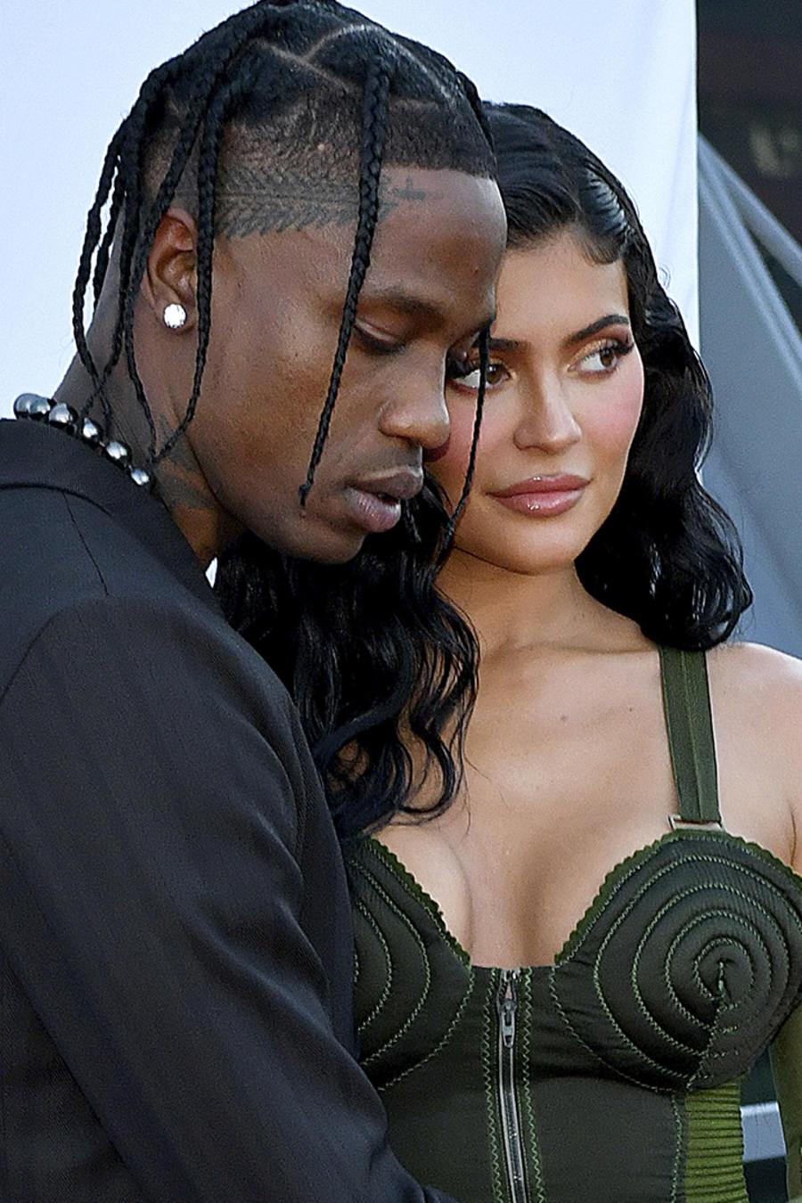 Kylie Jenner y Travis Scott abrazados en la entrega de premios Benefit Parsons.