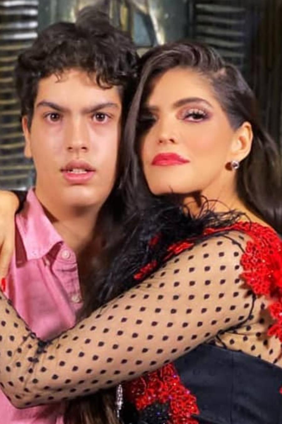 Ana Bárbara con su hijo José María abrazo
