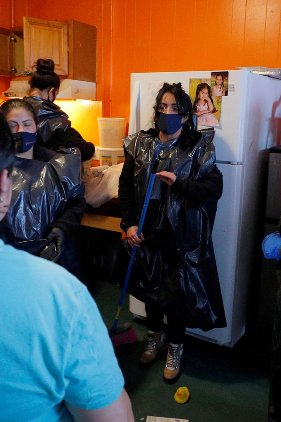 El personal de La Colaborativa ayuda a una residente que está siendo desalojada a empacar sus pertenencias en Chelsea, Massachusetts, en marzo de 2021. La Colaborativa ayuda a los residentes de Chelsea, una de las ciudades de EE.UU. más afectadas por la p