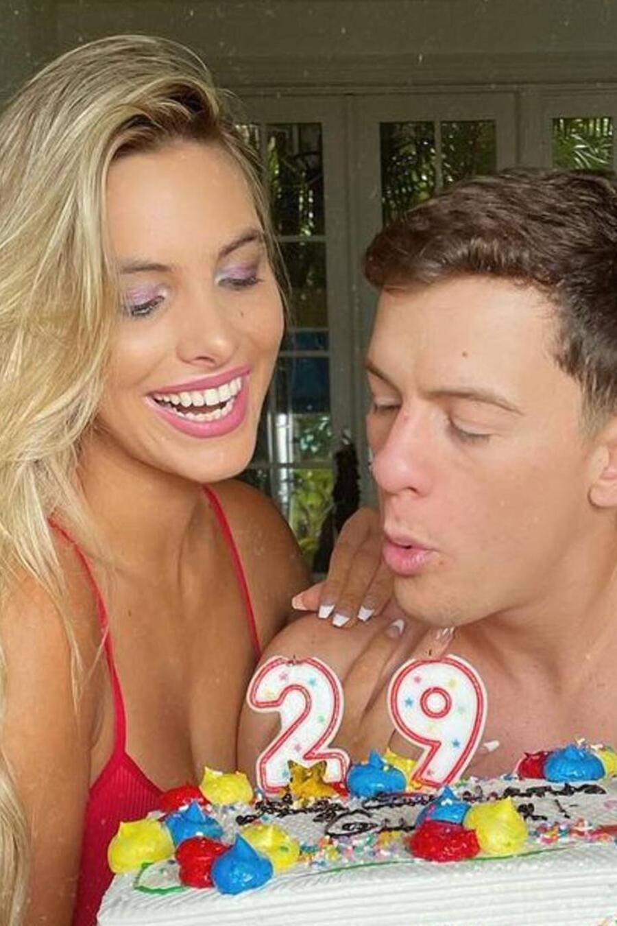 Lele Pons y Guaynaa, con su pastel de cumpleaños 29