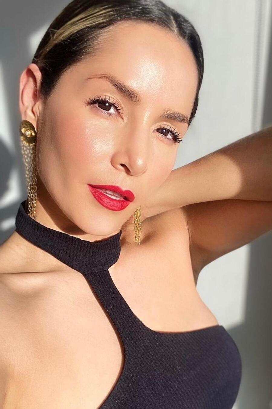 Carmen Villalobos posando muy sexy