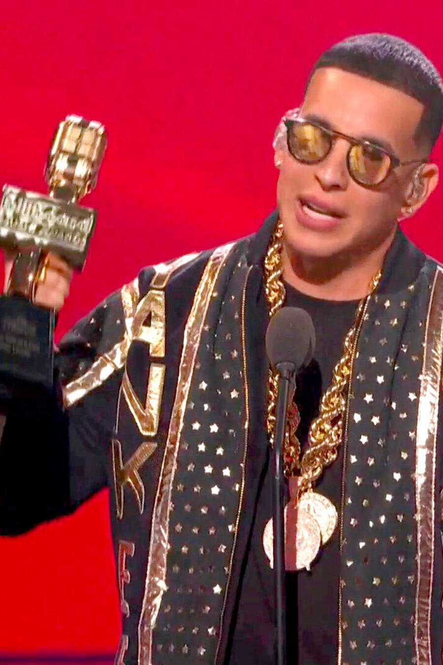 Daddy Yankee recibiendo el Premio Salón de la Fama en los Premios Billboard 2021
