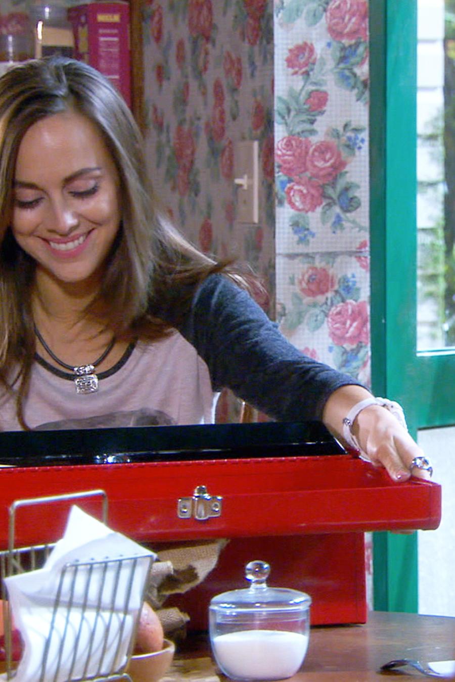 María Elisa Camargo abriendo un regalo en Bajo El Mismo Cielo
