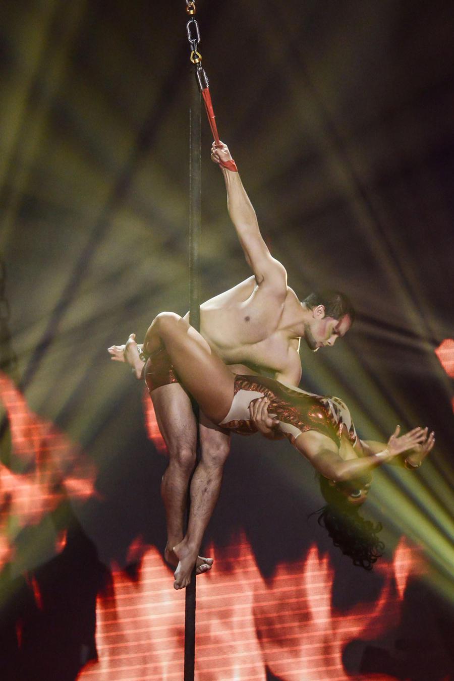 Maripily en su acto de pole dance aereo en Sí Se Puede