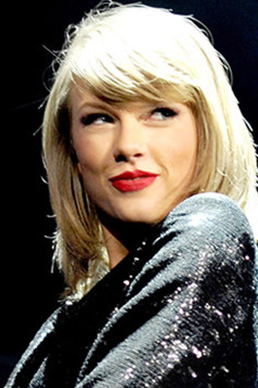 Taylor Swift sonriendo en su concierto en Manchester Arena