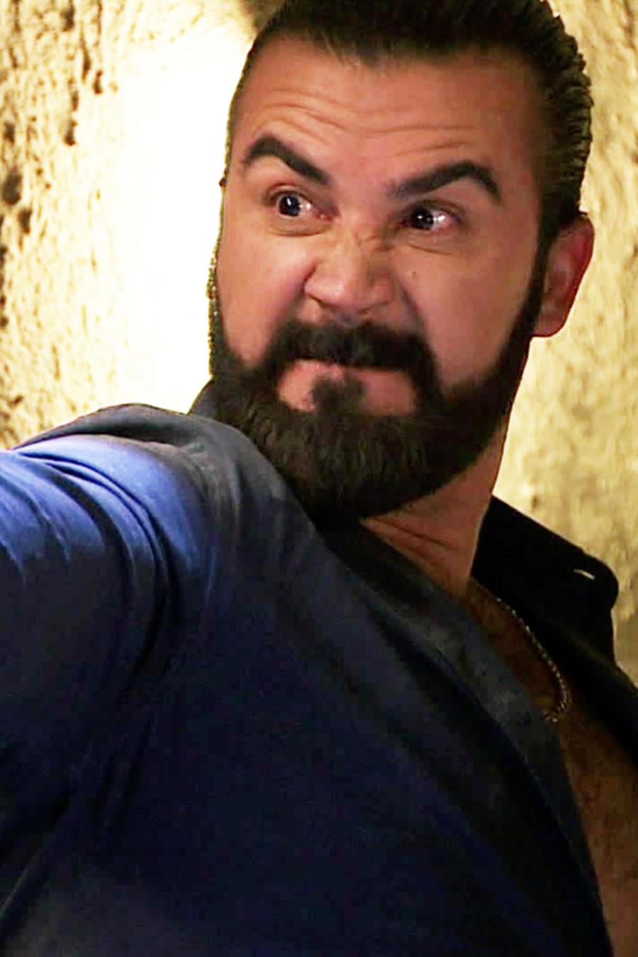 José Luis Reséndez, Teca Martínez, disparando, Señora Acero 2
