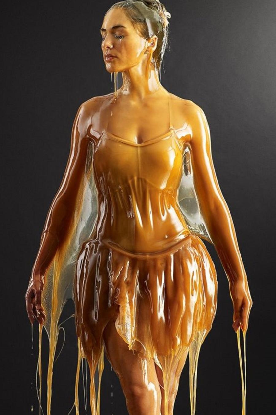 Mujer con vestido de ballet y el pelo recogido cubierta de miel