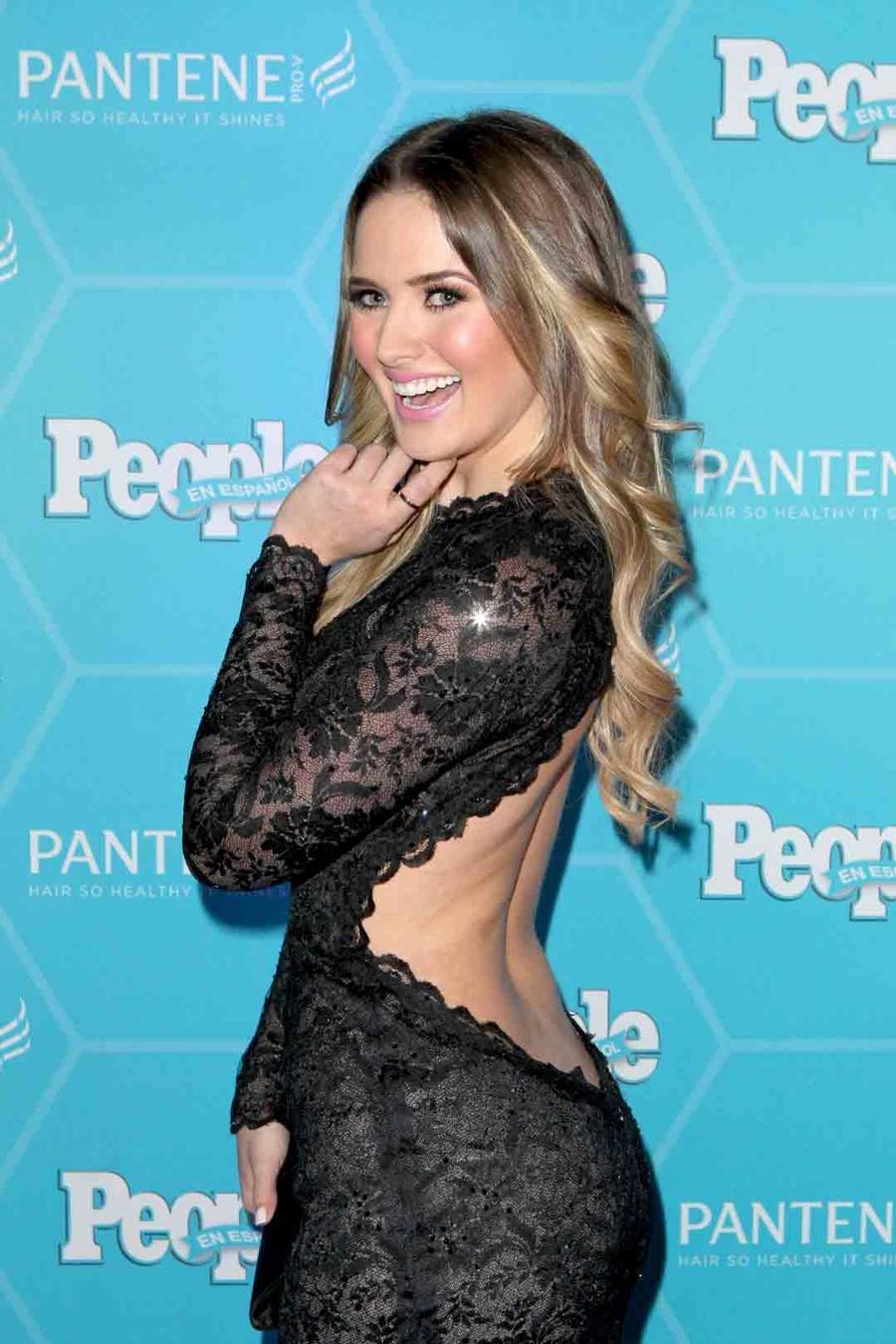 Kimberly Dos Ramos en la alfombra Estrellas del Año de People en Español