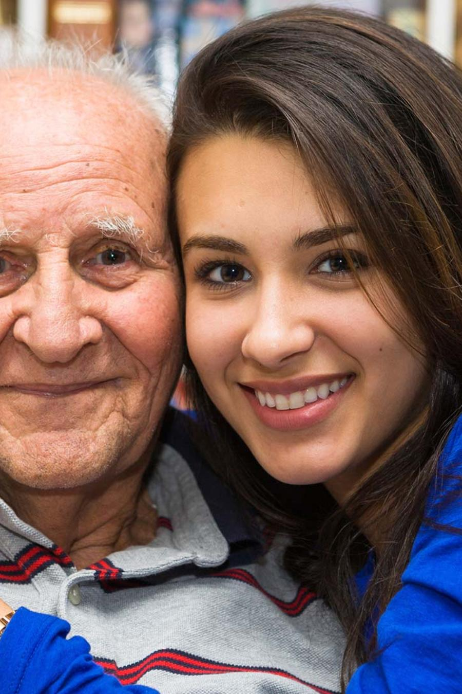 anciano con mujer joven