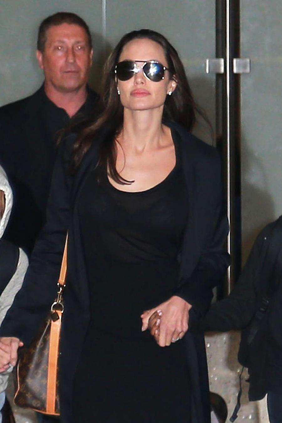 Angelina Jolie con sus hijos en LAX.