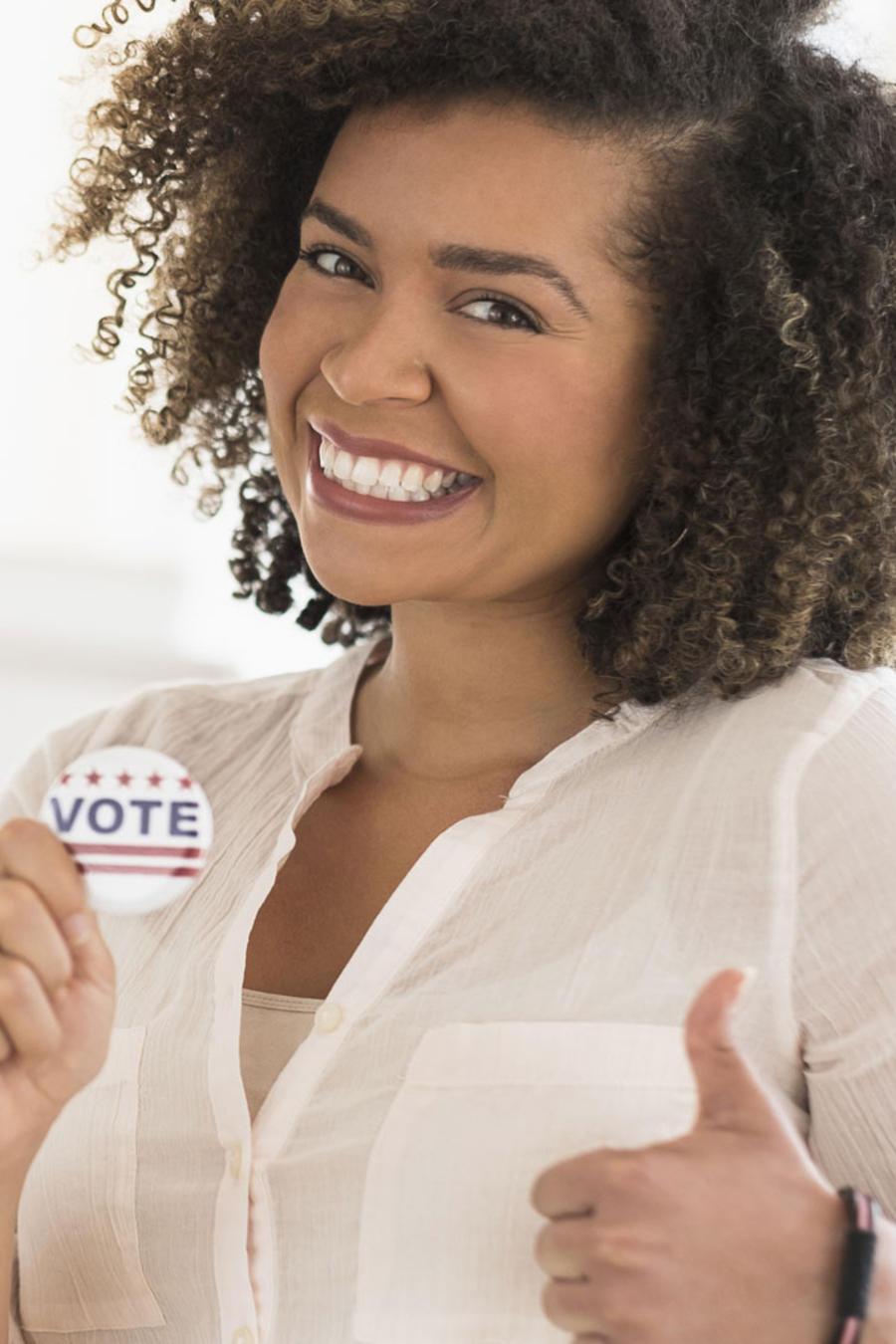 Mujer votante sonriendo