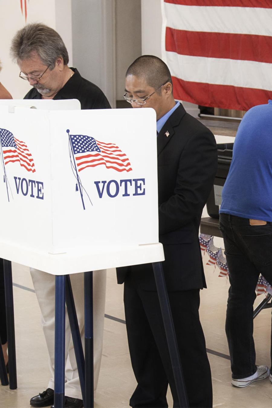 Votantes en centro electoral