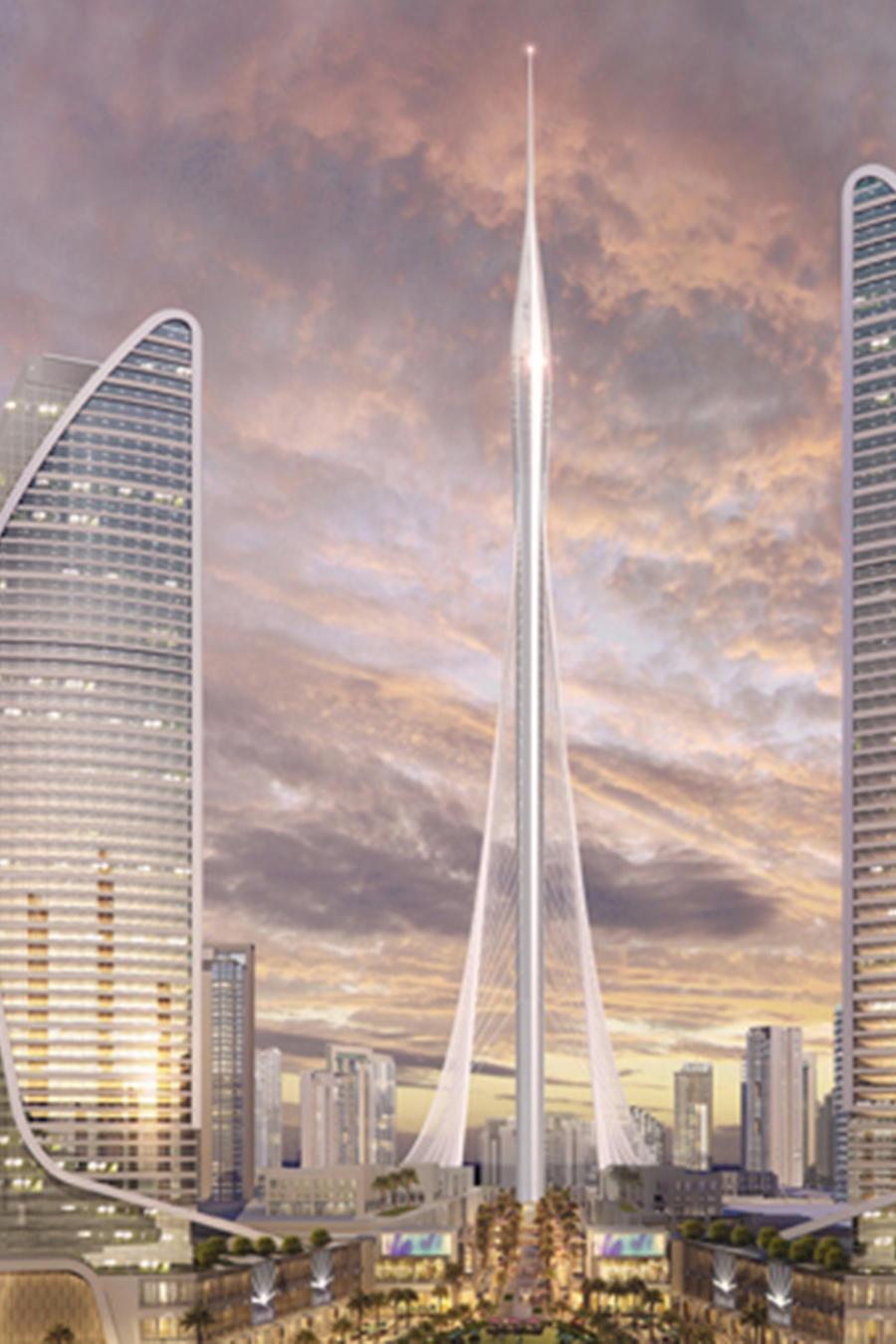 En el centro 'The Tower', la torre más alta del mundo cuya construcción empezará en Junio de este año en el 'Dubai Creek Harbour' en Dubai.