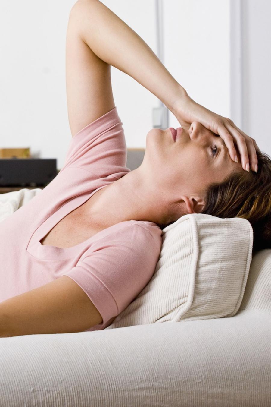 Mujer en el sofá