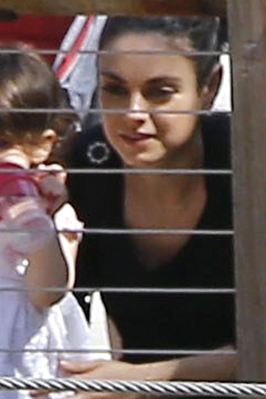 Mila Kunis de paseo en el Zoológico de Los Ángeles junto a su hijita Wyatt.