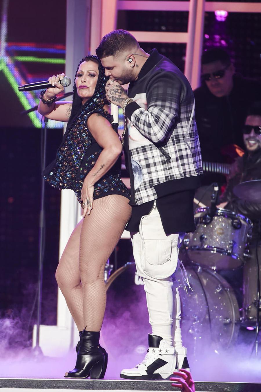 Alejandra Guzmán y Farruko cantando adiós en Premios Tu Mundo 2015