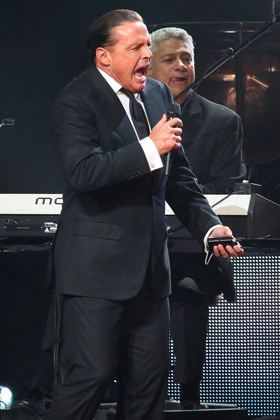 Luis Miguel cantando en el escenario
