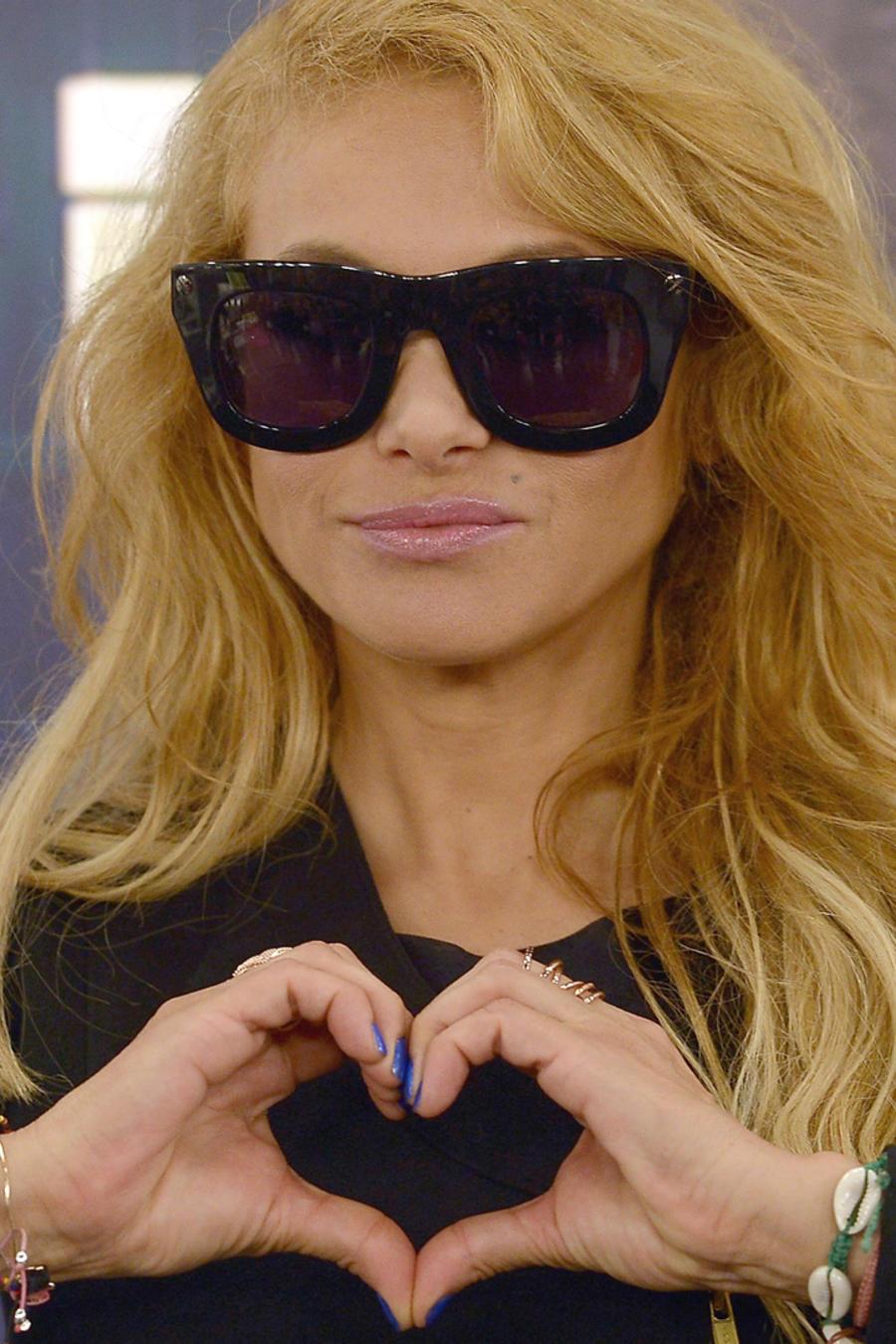 Paulina Rubio haciendo un corazón con las manos