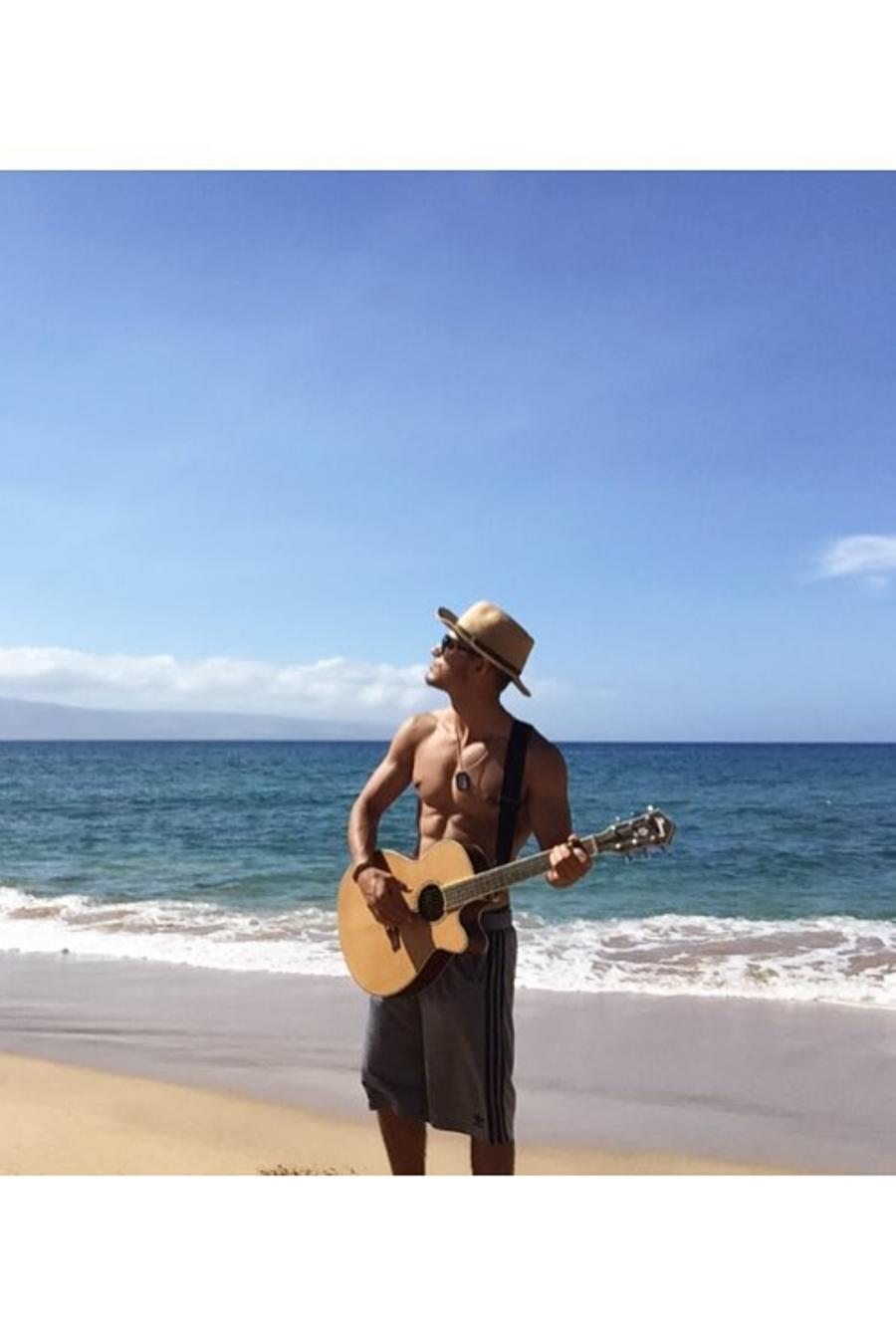 Michel Duval tocando guitara.