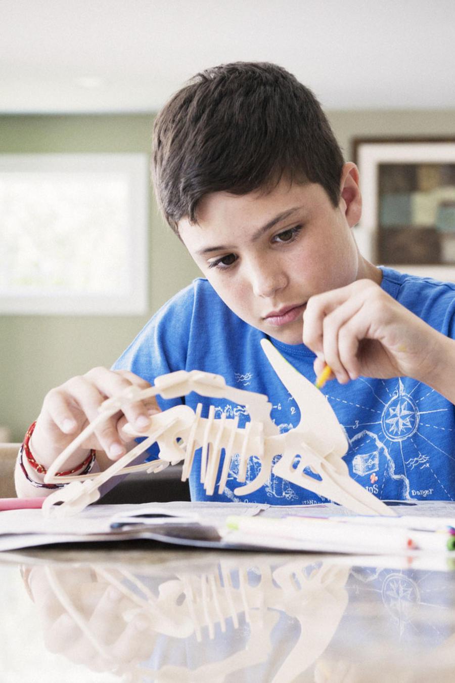 Niño de primaria haciendo tareas escolares