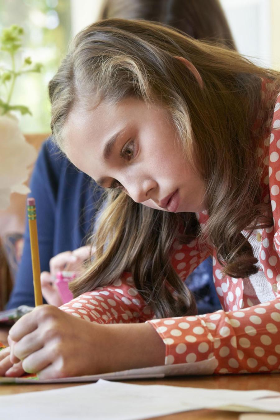 Preadolescente haciendo tareas escolares