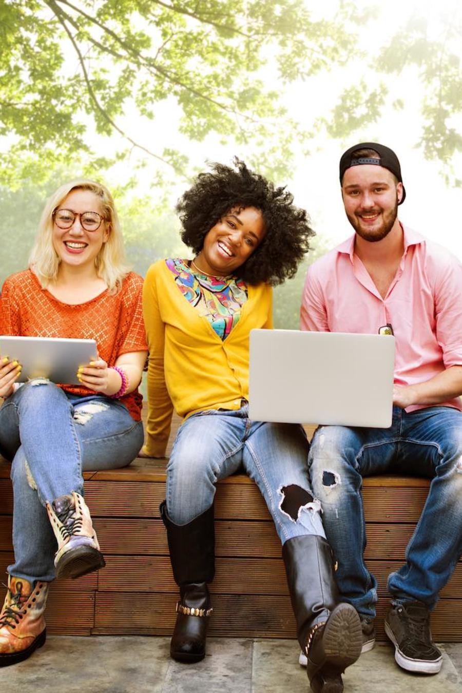 Estudiantes de la universidad felices