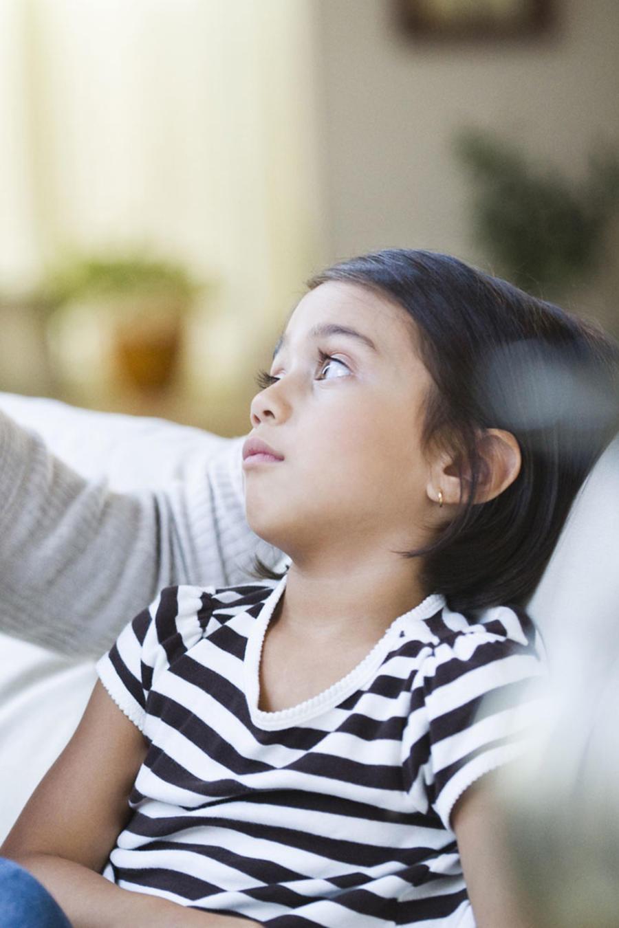 Madre llamando la atención de su hija en el sofá