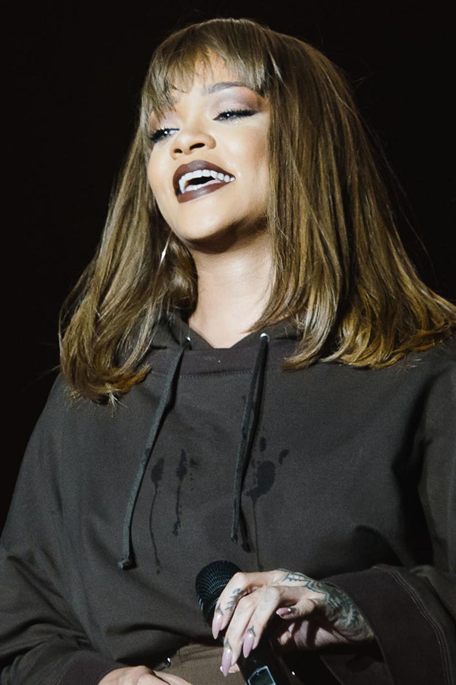 Rihanna vestida de negro