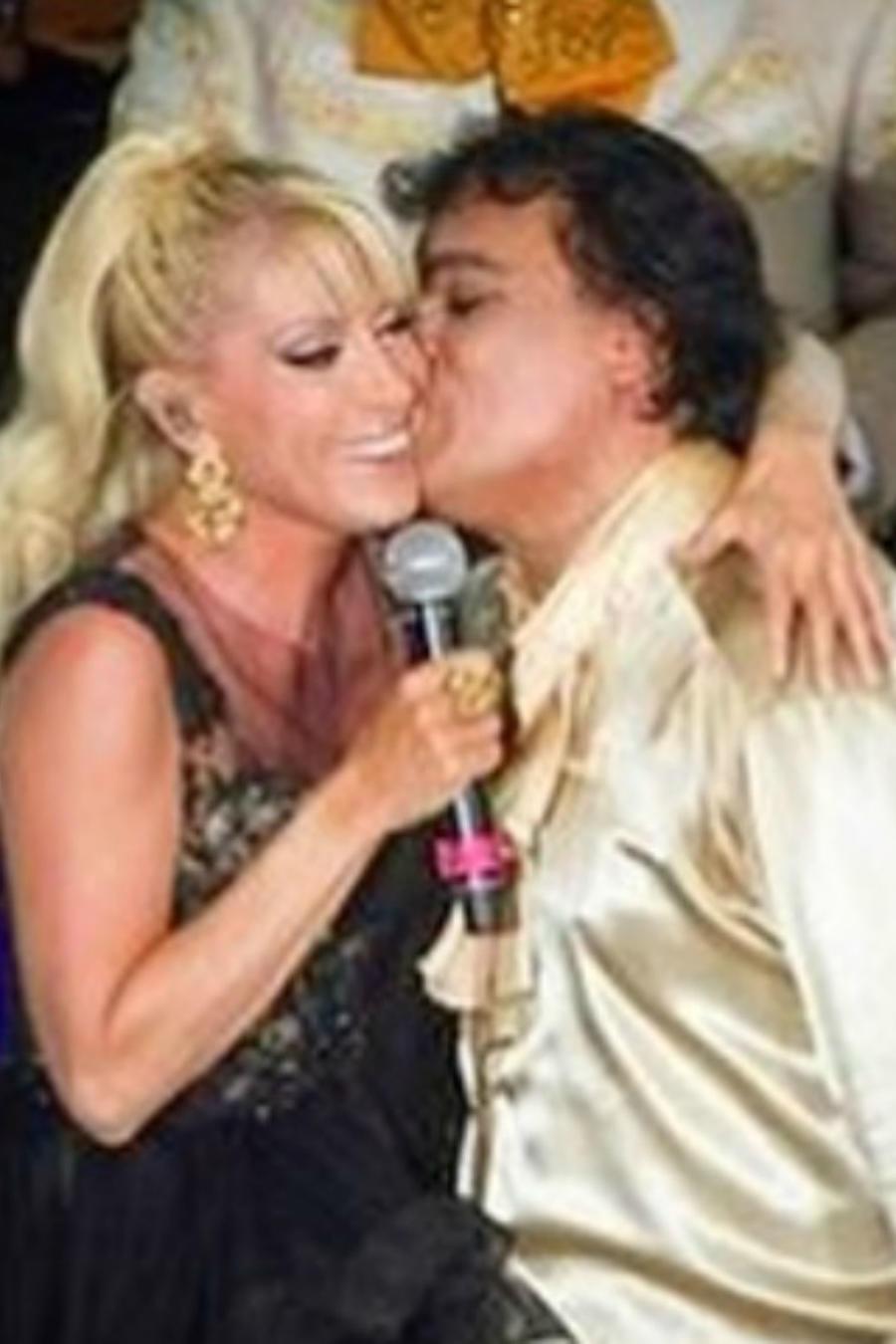 Juan Gabriel besa a Yuri