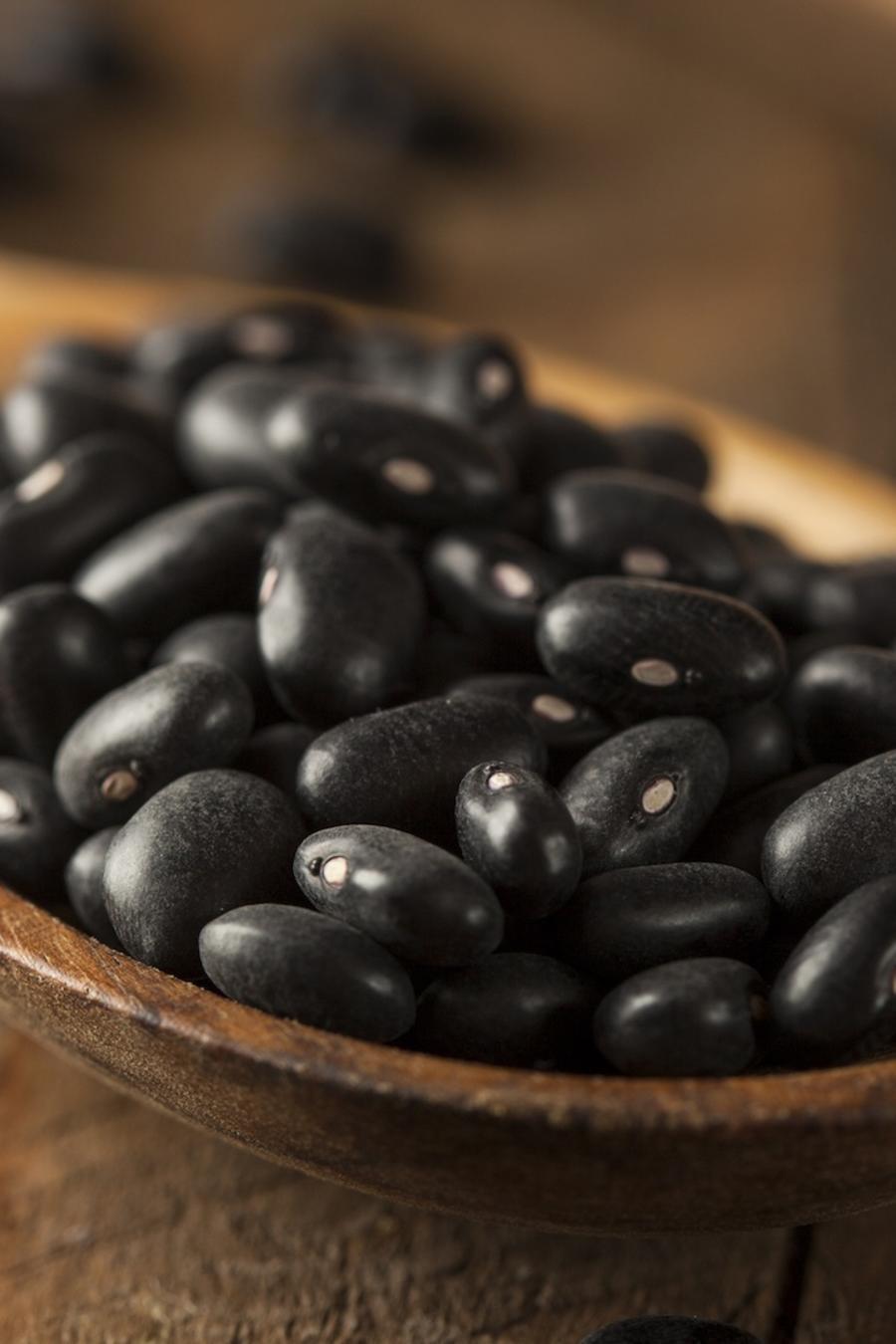 Frijoles negros en cuchara