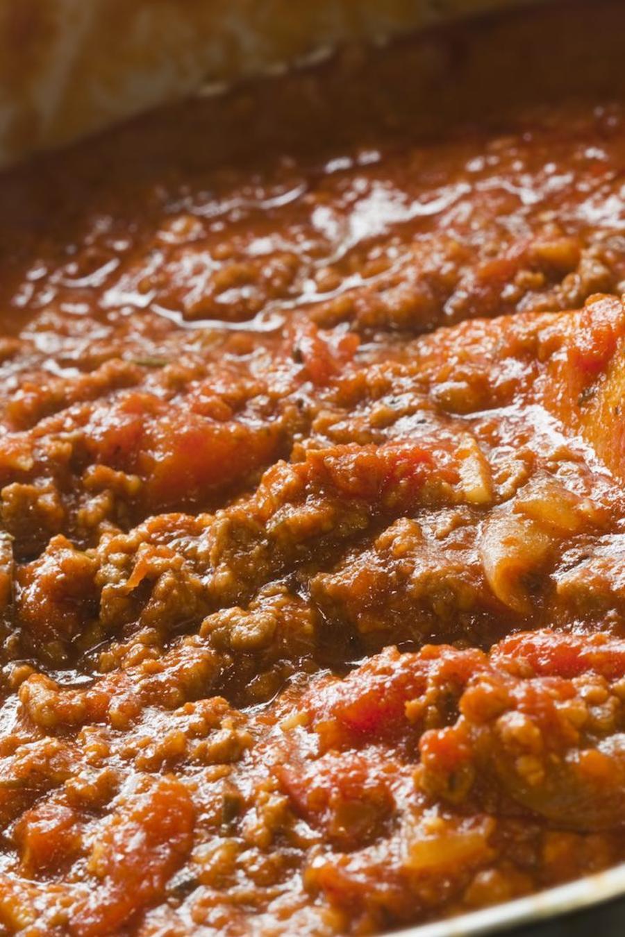 Salsa boloñesa en una olla