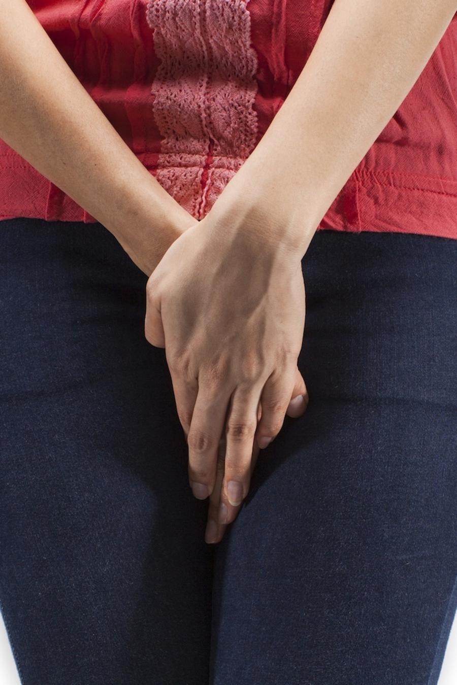 Mujer tapándose la zona genital