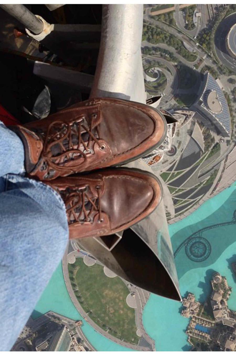 Imagen de pies desde un rascacielos y en el fondo, abajo, la ciudad.
