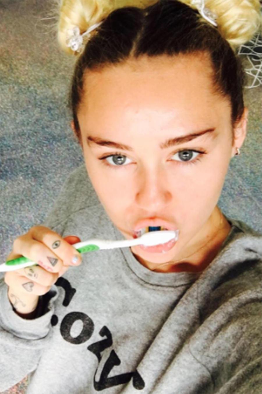Miley Cyrus lavándose los dientes con su perro 20 de septiembre