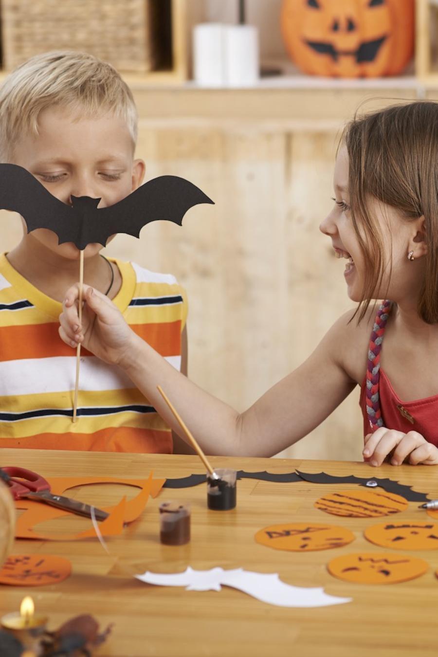 Niños haciendo decoraciones de Halloween
