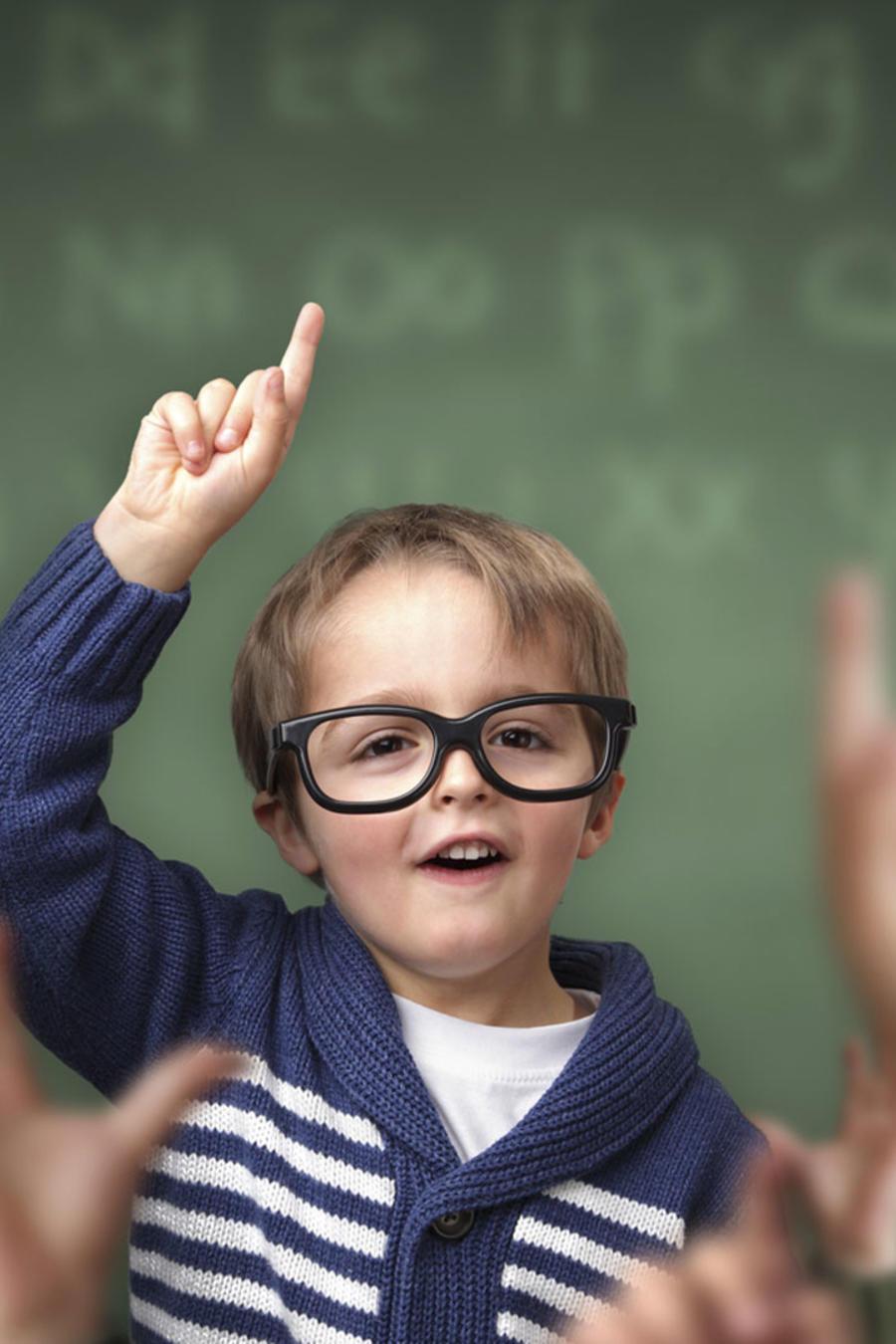 Niño exitoso levantando la mano