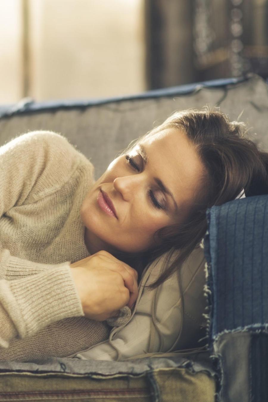 Mujer durmiendo la siesta en el sofá