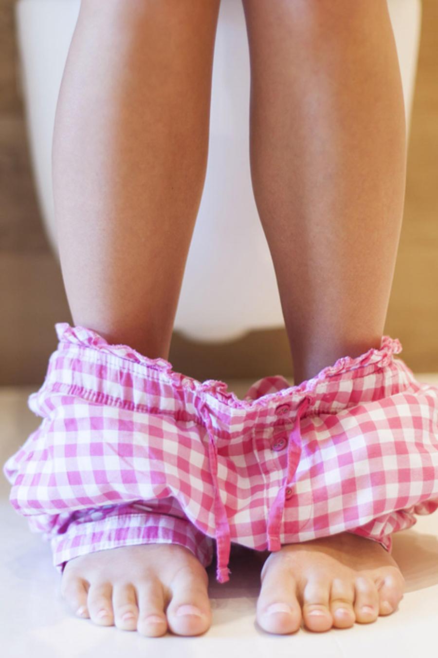 Mujer en pijama usando el baño