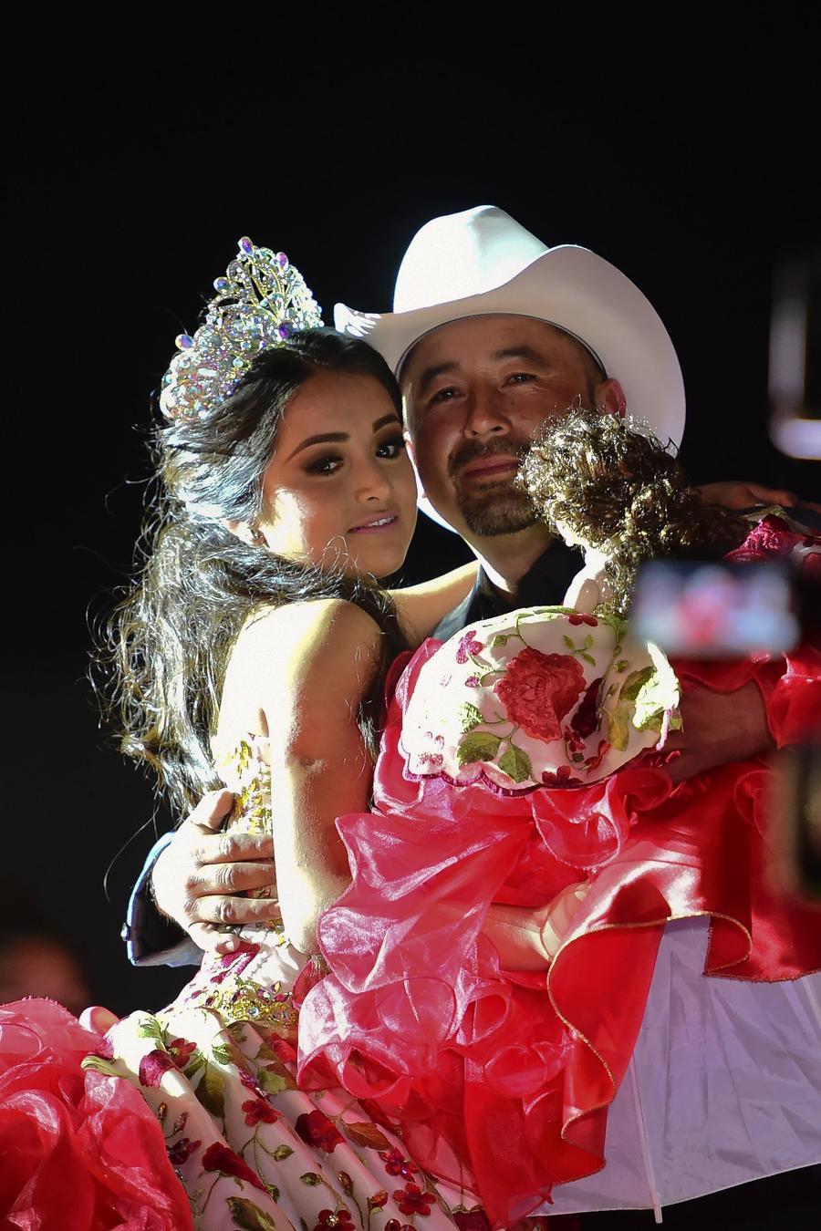 Rubí Ibarra bailando con su papá Crescencio Ibarra.