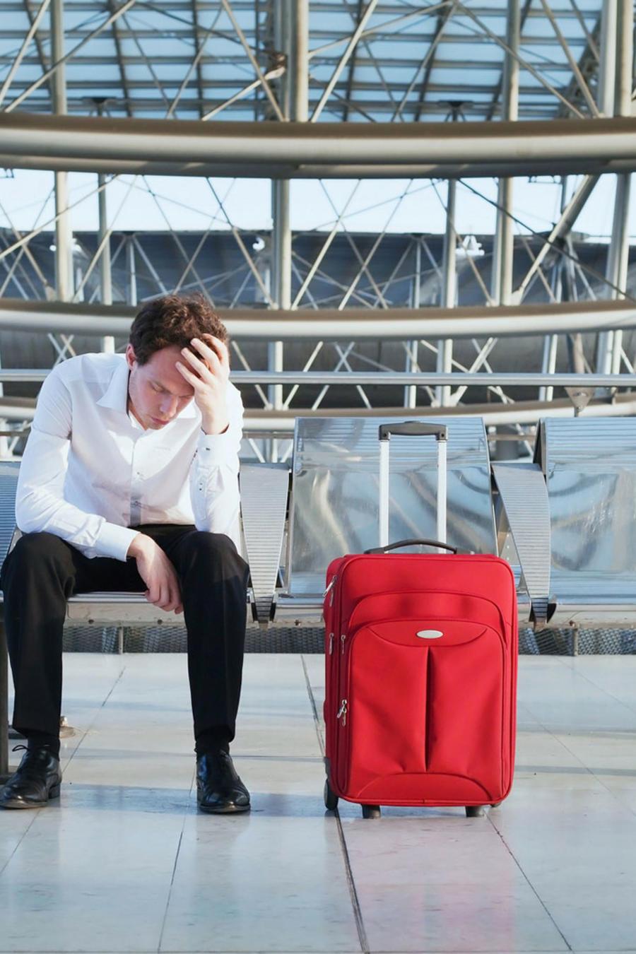 Hombre abrumado en aeropuerto