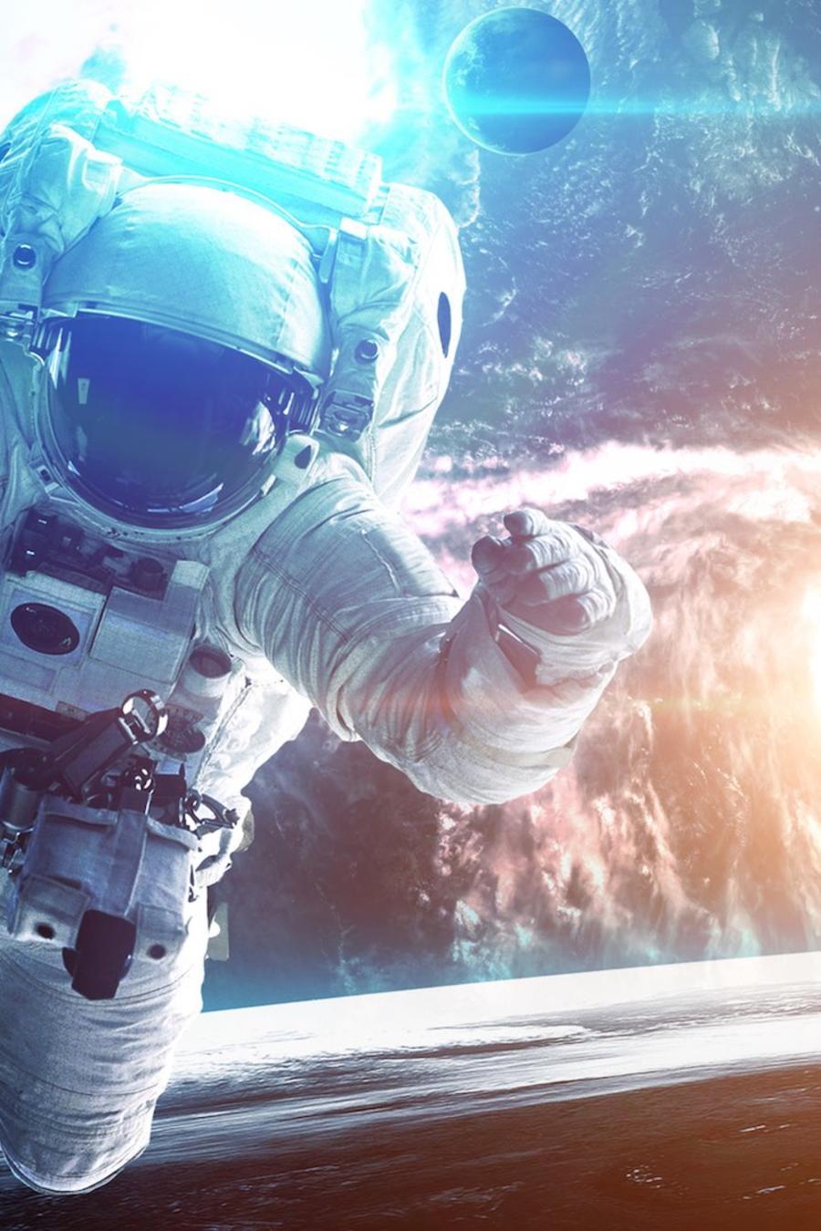 Astronauta en el espacio con el brazo levantado