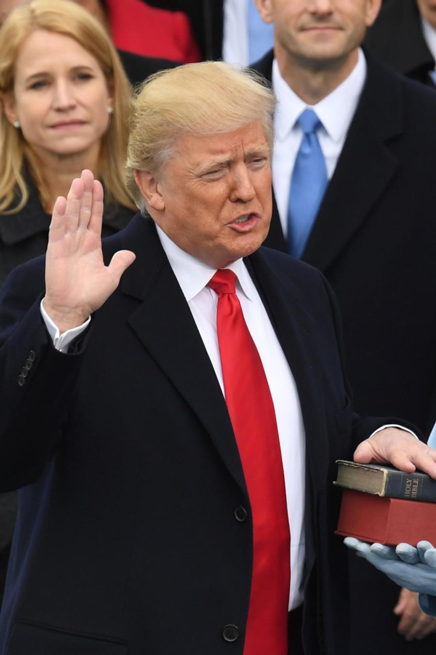 Trump jura el cargo
