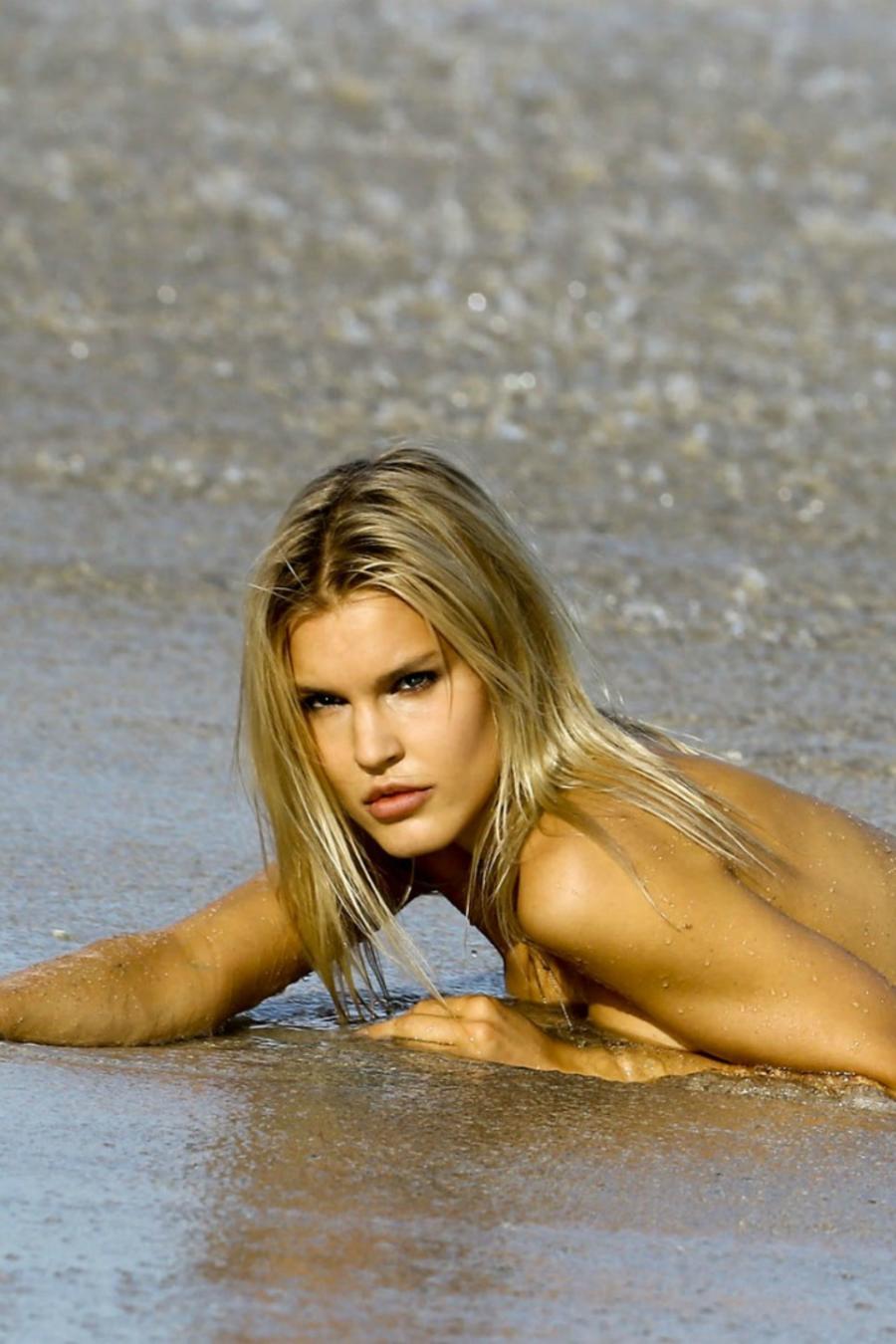 Joy Corrigan en las playas de Miami posando en bikini.