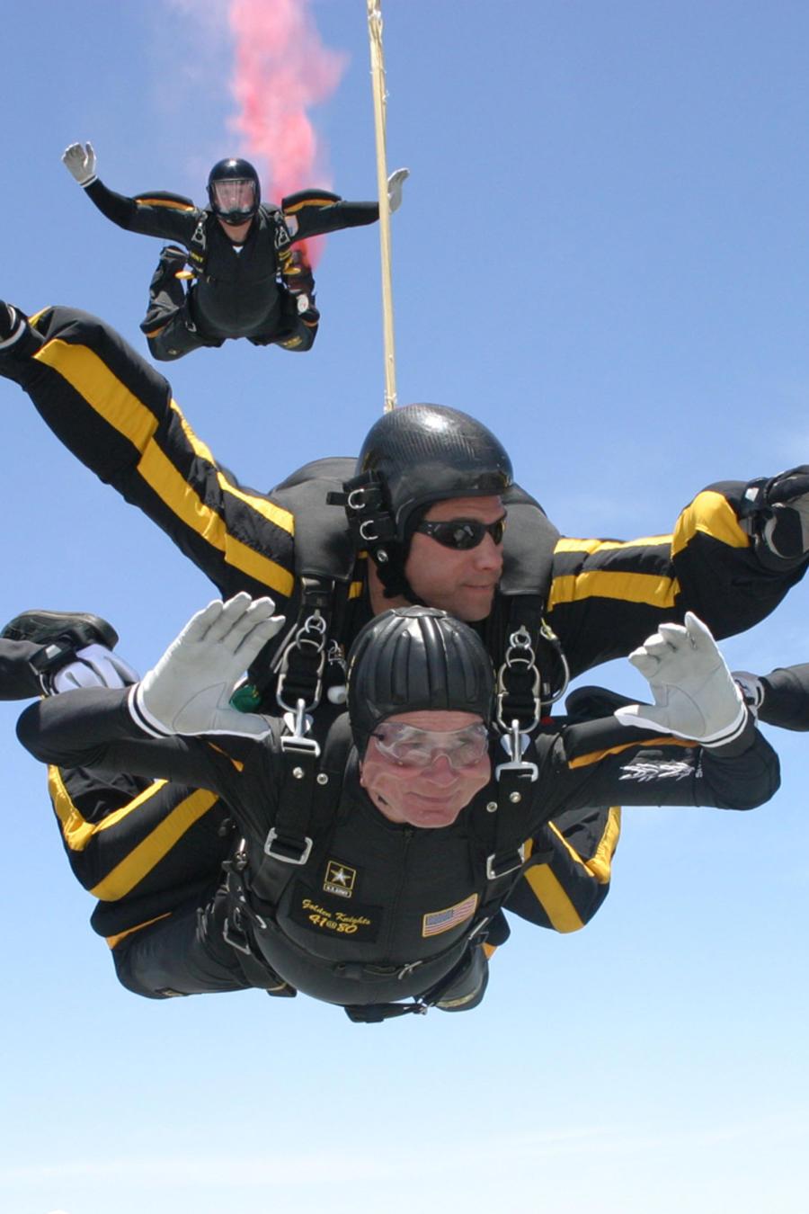 George Herbert Walker Bush saltando en paracaídas en su 80 cumpleaños
