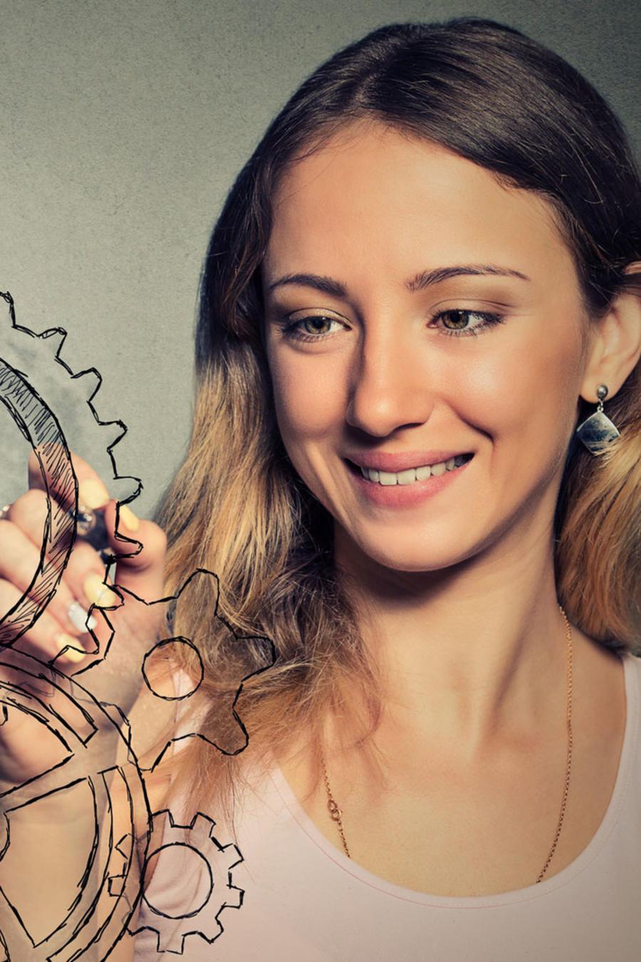 Mujer dibuja engranes