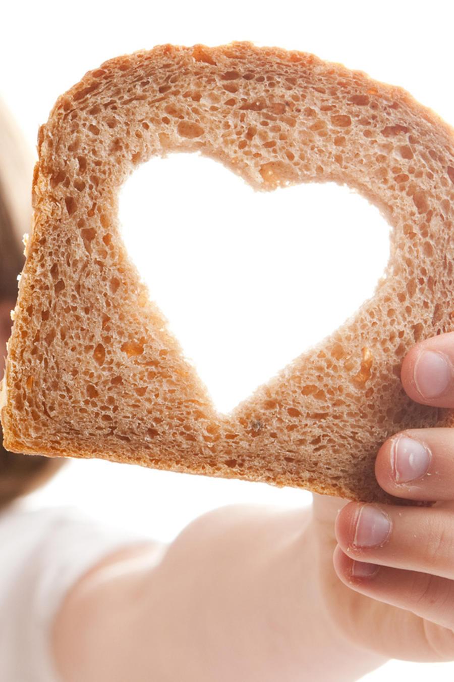 Niña mostrando pan con forma de corazón